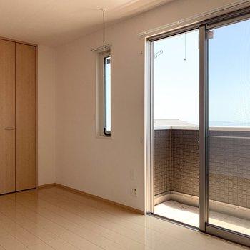 【約8帖洋室】窓が大きく気持ちが良いです。