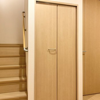 玄関入ってすぐに階段があります。真ん中の扉も......