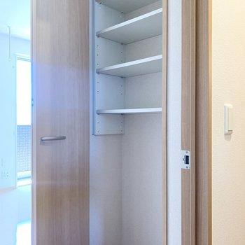 【約8帖洋室】入り口にも収納があります。高さを調節でき多様性があります。