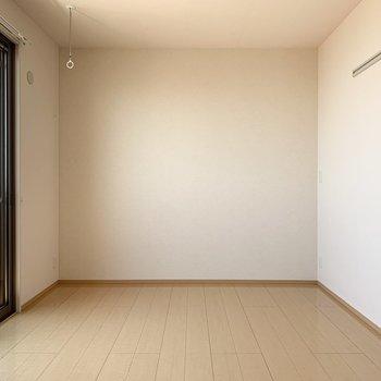 【約8帖洋室】室内に物干し竿掛けがあり室内干しができます。