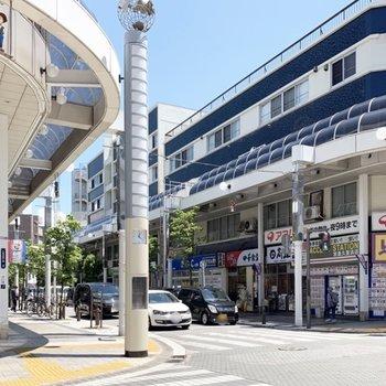 こちらは、バスで8分ほどの京浜久里浜駅。賑わっています。
