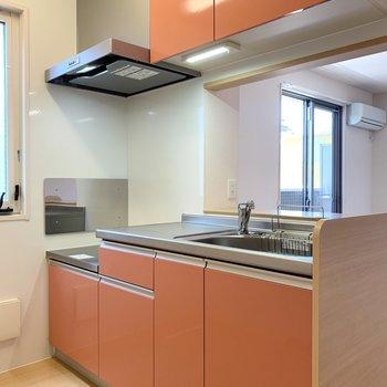 【LDK】オレンジのキッチンでポップな雰囲気です。
