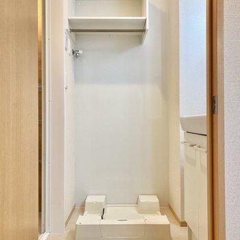 洗濯機置き場のうえにはラックがあり、洗剤やタオルを置いておけますね。