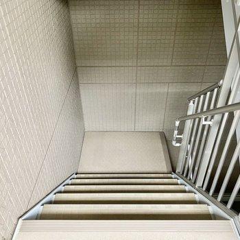 移動は階段で。ほぼ屋内にあるので雨風の強い日も安心です。