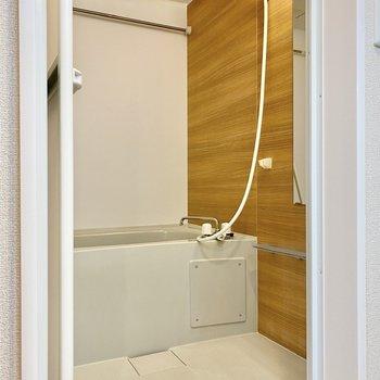 乾燥機付きの浴室。1面の木目が視覚的にもリラックスさせてくれそう。
