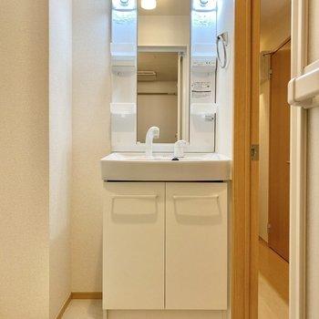 脱衣所。シンプルで使いやすそうな洗面台。