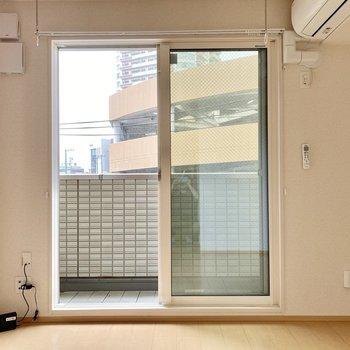 窓前に室内物干しがありますね。