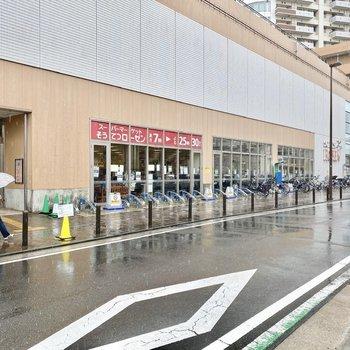 駅直結の大きなスーパー。日々のお買い物はこちらで済ませると良いかも。