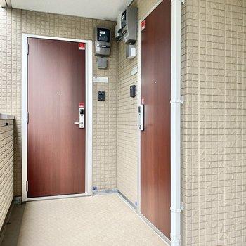 玄関前。2階に上がって、すぐ右にあるお部屋です。