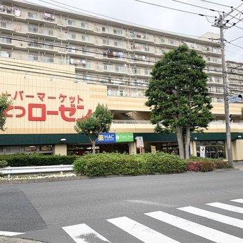 バス停の近くにスーパーがありました。