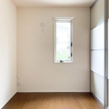 【洋室】こちらはベッドルームに。