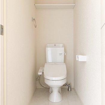 温水洗浄便座のトイレです。※写真は通電前のものです・フラッシュを使用しています。
