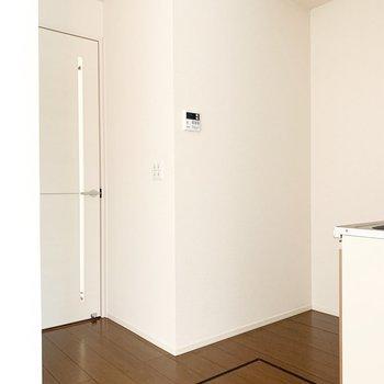 【LDK】キッチンの後ろには食器棚などを置けそうです。