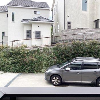 バルコニーからは駐車スペースが見えます。