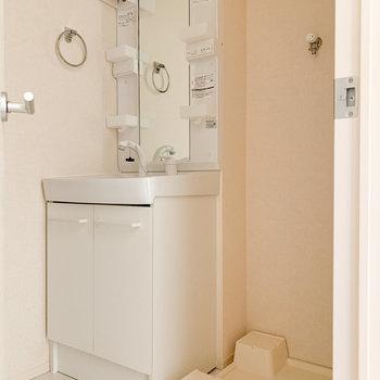 洗面脱衣所に洗濯機置き場があります。
