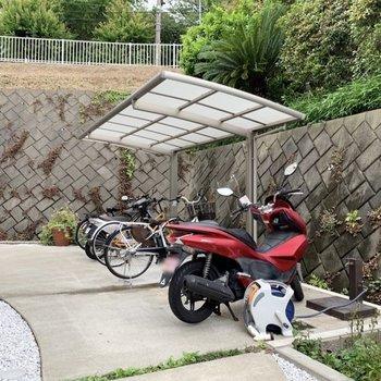 玄関のお隣に駐輪スペースがあります。