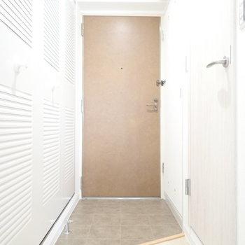 玄関は脱ぎ履きには十分なスペース。