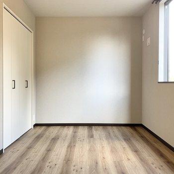 【3階寝室】木目調のフローリングで爽やかです。
