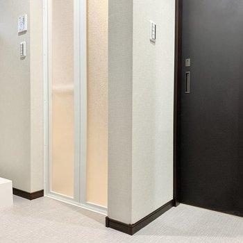 【2階サニタリー】トイレは洗面台の横。