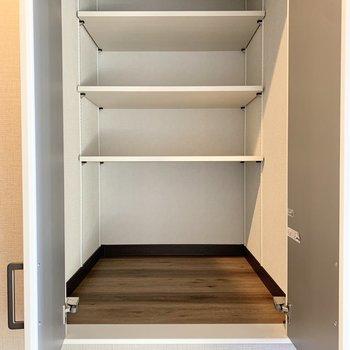 【3階】その横には収納スペースも。