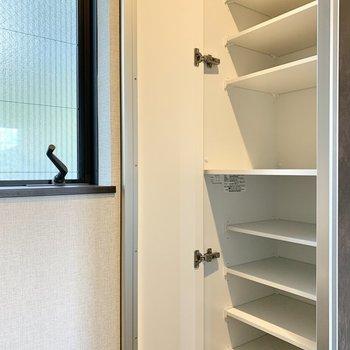 【2階LDK】後ろの収納には食器や調味料を。