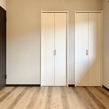 【1階洋室】こちらにはクローゼットが2つ。