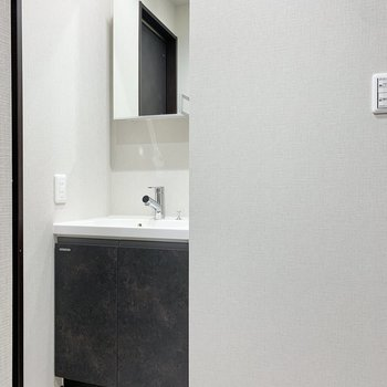 【2階サニタリー】洗面台は奥まったところに。