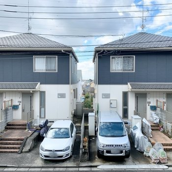 【1階洋室】窓からは閑静な住宅街が見えます。