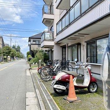 駐輪場(空き要確認)。通り沿いにあり、すぐ走り出せますよ。