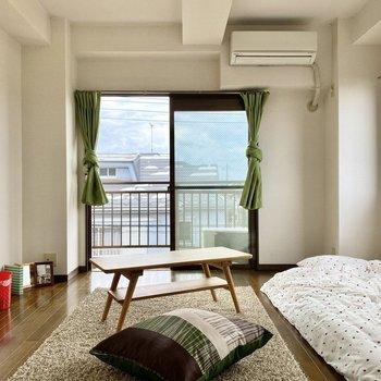 バルコニーから柔らかな日差しが差し込みます。※写真の家具はサンプルです