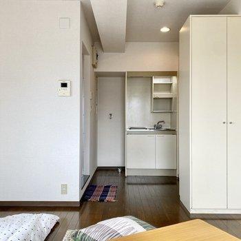 落ち着いた色合いのフローリングが、お部屋に穏やかな印象を与えています。※写真の家具はサンプルです