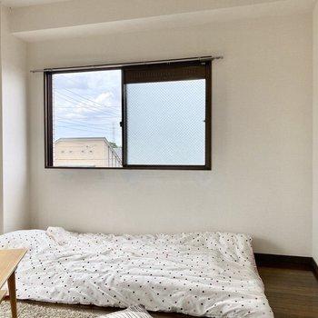 窓際にベッドを置いたら、自然光で気持ち良く起床できそう。※写真の家具はサンプルです