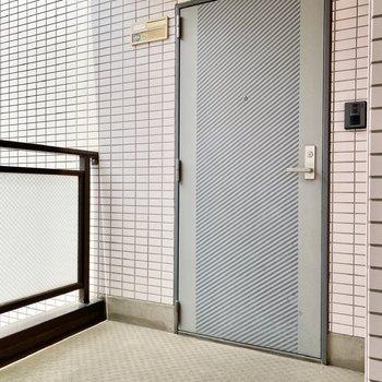 玄関前共用部。ゆったりとした道幅で、家具の搬入も楽そうですね。