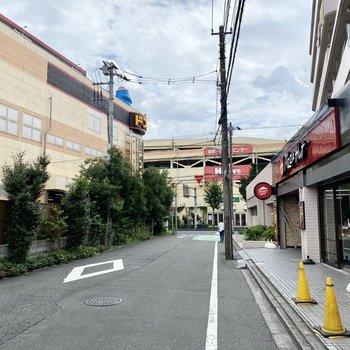 お部屋近くの商業施設。正面建物は家具店兼ホームセンターです。