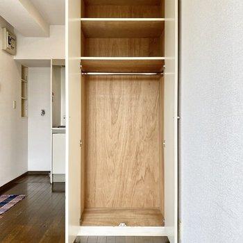 クローゼットは縦長な印象。コートなど丈の長い衣類もしっかり収納できます。※写真の家具はサンプルです