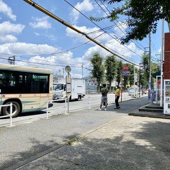 最寄りのバス停。目の前に緑道があり、穏やかな印象。