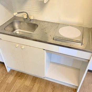 キッチンはコンパクト。だけれど、隣にはワゴンを置けるスペースあり。レンジなどを置けそうですね。