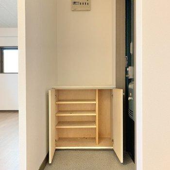 玄関はゆとりあり。靴箱は、1人なら十分なサイズ感かな。