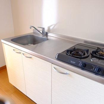 2口コンロで調理スペースも確保。(※写真は2階の同間取り別部屋のものです)