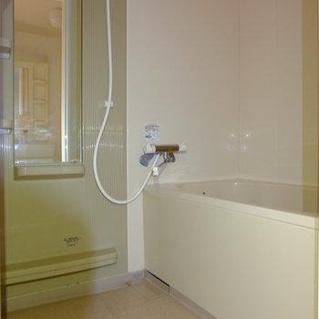 お風呂もサーモ水栓で使いやすく。(※写真は2階の同間取り別部屋のものです)