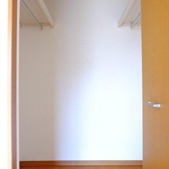 クローゼットはウォークインタイプ。写真よりも広いですよ!(※写真は2階の同間取り別部屋のものです)