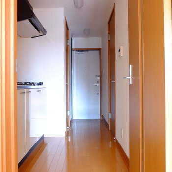 廊下にキッチンや水回りがまとまっています。(※写真は2階の同間取り別部屋のものです)