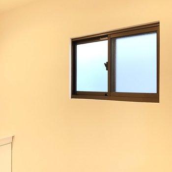 【1階サニタリー】換気用の小窓つきで、ジメジメともおさらば。