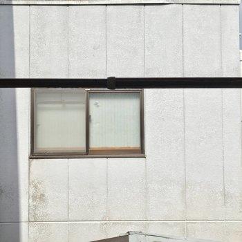 【2階洋室約5帖】窓の外はお隣さん。視線は気になりません。この棒はというと、