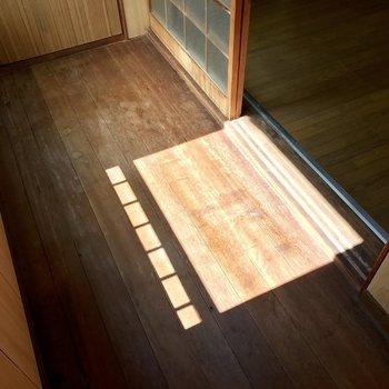 【2階納戸】半世紀の歳月を感じさせる床に、くっきり落ちたひだまり。うつくしいです。