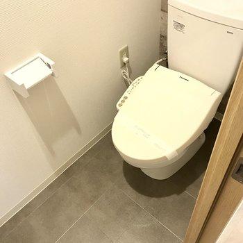 【1階サニタリー】温水洗浄便座でした。ゆったりしてますね!