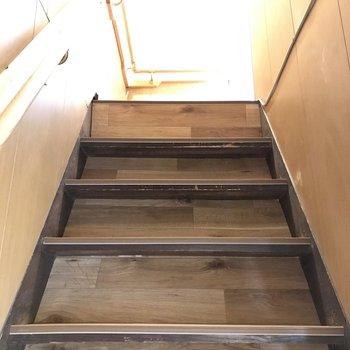それでは2階へ。階段はすこし急なのでご注意くださいね。
