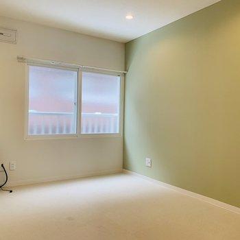 キッチン隣の洋室。やさしい日当たり。※写真は内装前のものです