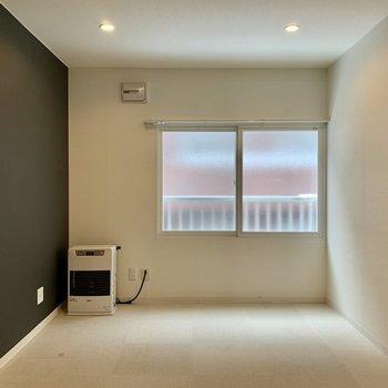 お部屋にはブラックのアクセント。こちらも日当たりやさしく、静かな印象。※写真は内装前のものです