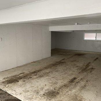 1階の駐車場。高さは160センチくらいです!